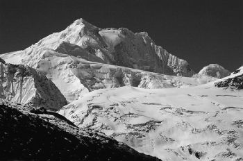 Ruoni (6805 m). Dome peak, extreme right is 6703 m. (Takeru Yamada)
